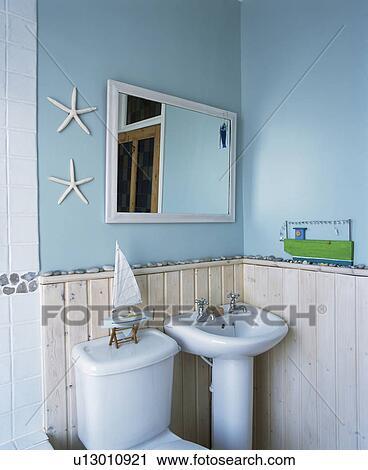 Stock fotografie spiegel boven spoelbak en tongue groove dado paneelwerk in klein - Badkamer turkoois ...