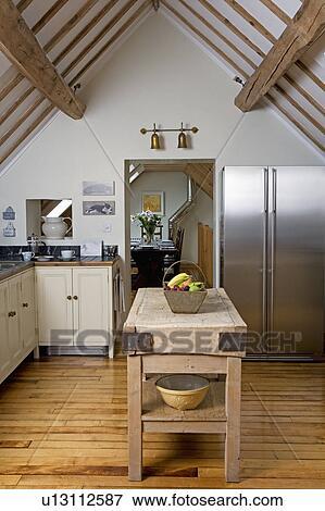 Beeld oud slagers blok op houten floorboards in hippe land keuken met amerikaan - Deco keuken oud land ...