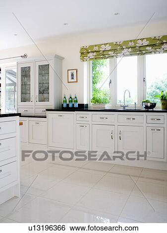Cucine con lavandino sotto finestra archivio fotografico - Cucine con finestra sul lavello ...