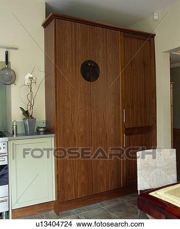 banque de photo ajust placard cuisine oncealing grand fridge freezer u13404724. Black Bedroom Furniture Sets. Home Design Ideas