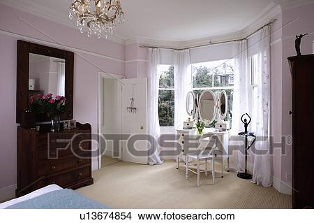 banque de photo cr me moquette dans pastel rose chambre coucher blanc coiffeuse. Black Bedroom Furniture Sets. Home Design Ideas