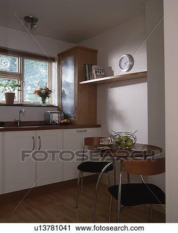 Stock fotografie   klein, tafel, met, stoelen, in, hippe, witte ...