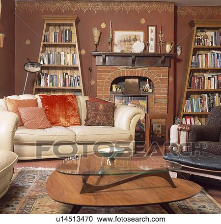 stock fotografie creme sofa und f nfziger jahre tisch in terracotta wohnzimmer mit. Black Bedroom Furniture Sets. Home Design Ideas