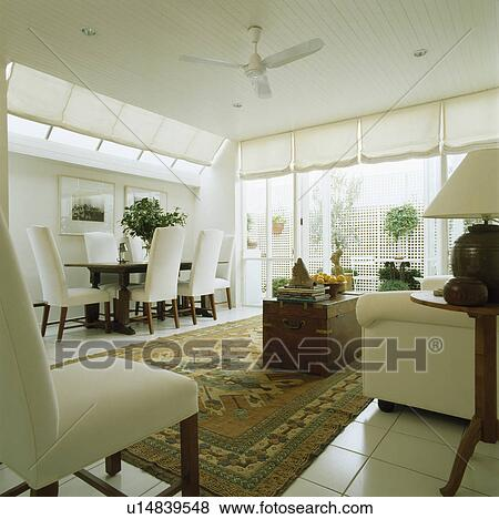 Beelden hippe witte eetkamer uitbreiding met witte upholstered stoelen en oosters - Tapijt eetkamer ...