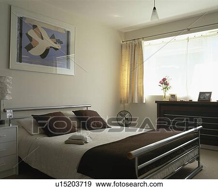 Arkivfotografi   bilde, over, metall, seng, med, hvit, bedlinen ...