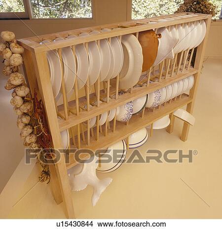 banque de photo gros plan de blanc plaques sur suspendu bois tag re u15430844. Black Bedroom Furniture Sets. Home Design Ideas