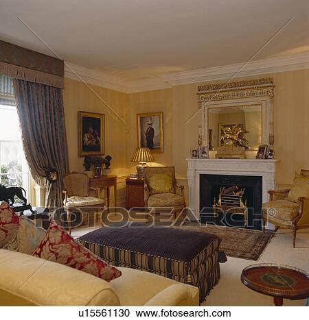 banques de photographies orn miroir au dessus chemin e dans dessin salle ray p le. Black Bedroom Furniture Sets. Home Design Ideas