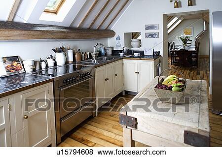 Immagini vecchio macellai blocco in moderno cucina con basso apice soffitto e - Blocco cucina acciaio ...