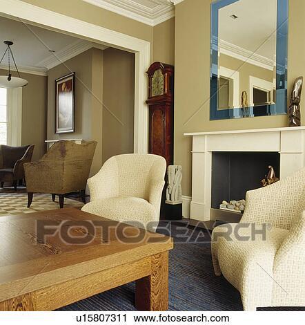 banques de photographies verre bleu encadr miroir au dessus chemin e dans beige salle. Black Bedroom Furniture Sets. Home Design Ideas