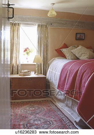 Archivio fotografico torace legno sotto finestra in - Letto sotto finestra ...