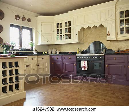 stock foto vinyl wood effect fussboden in kueche mit lila gepa t einheiten und creme. Black Bedroom Furniture Sets. Home Design Ideas