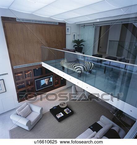 Stock afbeelding birdseye bezichtiging van groot openplan mezzanine vloer en woonkamer for Mezzanine in de woonkamer