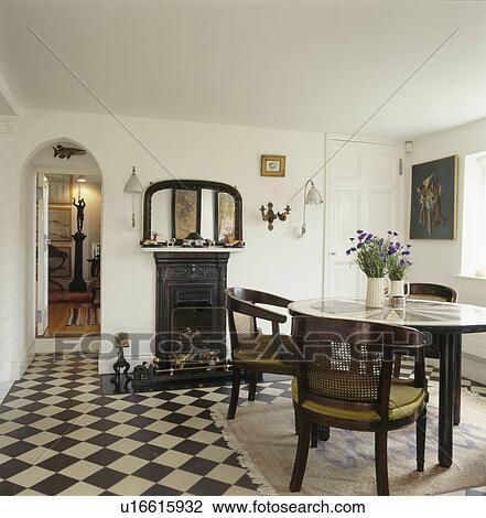 Stock foto chequerboard vloer in witte eetkamer met antieke tafel en stoelen - Foto eetkamer ...