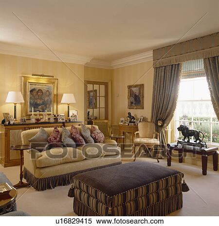 Stock Afbeelding - room, sofa, opgestapelde, met, kussens, in ...
