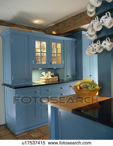 stock bild blau gepa t schr nke mit angez ndet regale hinter verglast geschirrschrank. Black Bedroom Furniture Sets. Home Design Ideas