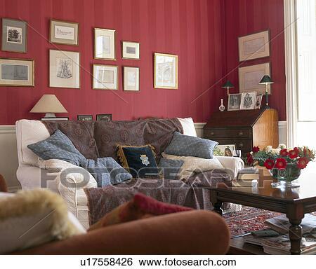 Stock Bilder - creme, sofa, angehäuft, mit, kissen, und, braun ...