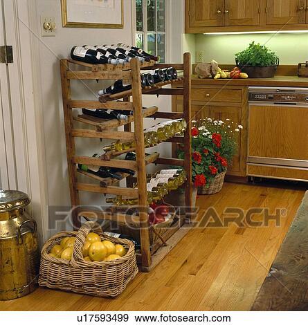 Stock fotografie mandje van grapefruit op vloer naast wijn bottelt opgeborgen in oud - Keuken oud land ...
