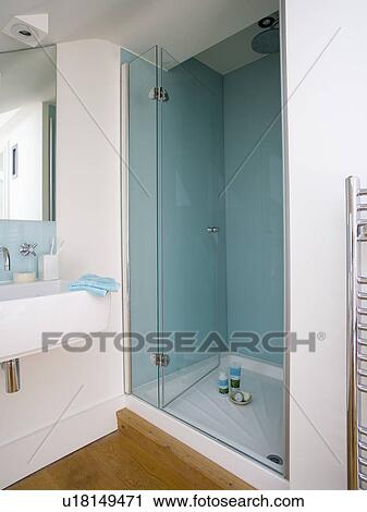 stock fotografie glas t ren auf dusche mit pastell blau gekachelt w nde in modernes. Black Bedroom Furniture Sets. Home Design Ideas