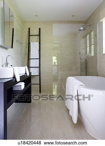 Immagini bianco freestanding bagno e walk in doccia in moderno bagno con travertino - Pavimento bagno moderno ...