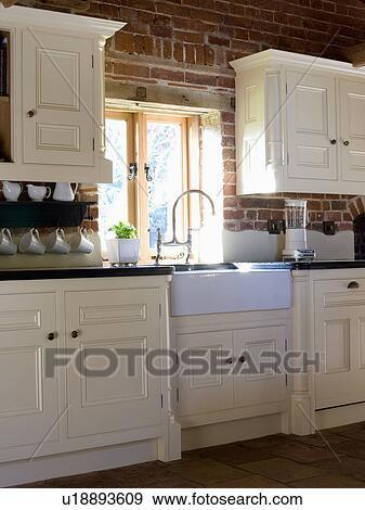 Archivio fotografico bianco belfast lavandino sotto finestra in paese cucina con - Cucine sotto finestra ...