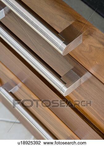 Stockfoto   close up, i, rustfrit stål, håndterer, på, mørke, træ ...