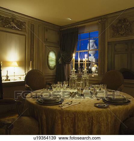 Archivio fotografico vetro candelabri su tavola con - Tavola da pranzo ...