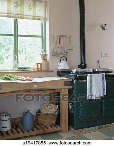 Stock afbeelding oud houten slager blok naast black kachels in land keuken u19417855 - Deco keuken oud land ...
