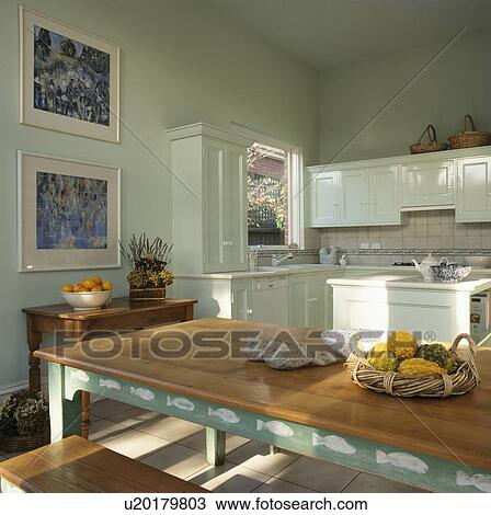 stock foto pastell gr ne k che mit dekoratives gem lde auf holztisch u20179803 suche. Black Bedroom Furniture Sets. Home Design Ideas