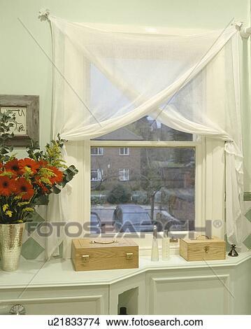 stock foto nahaufnahme von h lzern abspeicherung boxt unterhalb badezimmerfenster mit. Black Bedroom Furniture Sets. Home Design Ideas