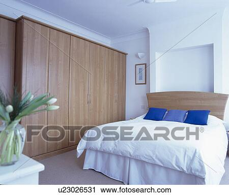 banques de photographies grand ajust garde robe dans moderne blanc chambre coucher. Black Bedroom Furniture Sets. Home Design Ideas