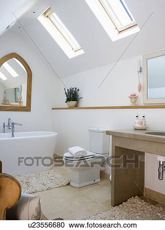 banques de photographies blanc pied bain dans moderne blanc grenier salle bains. Black Bedroom Furniture Sets. Home Design Ideas
