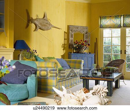 stock fotograf t rkis sessel und gelb kariert sofa in hell gelb wohnzimmer mit. Black Bedroom Furniture Sets. Home Design Ideas
