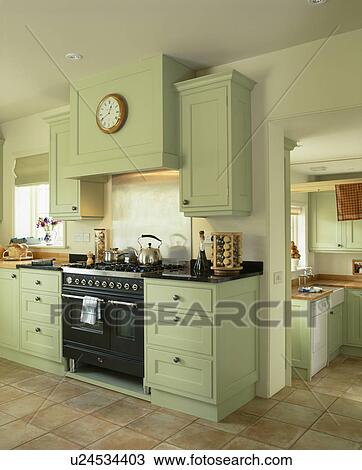 Stock foto verbreidingsgebied oven in traditionele land keuken pastel groene gepaste - Deco land keuken ...