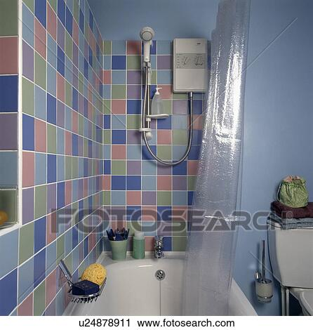 pastel, muur tegels, boven, bad, in, blauwe, economy-style, badkamer ...