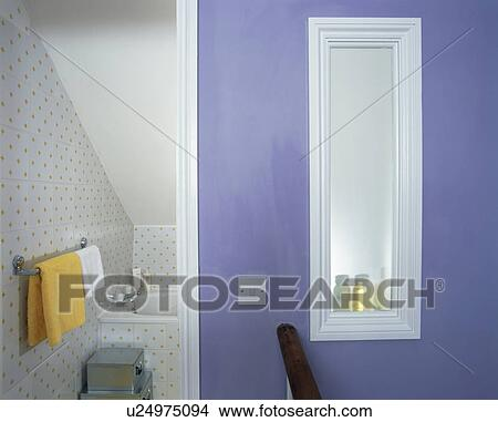 banque de photo opaque fen tre dans mur bleu de petit grenier salle bains u24975094. Black Bedroom Furniture Sets. Home Design Ideas