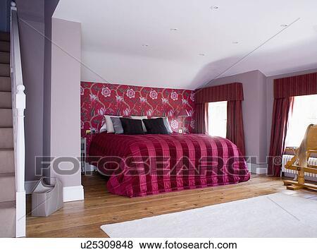 Red+black, stripet, silke, quilt, p? seng, inn, lilla, soverom, med ...