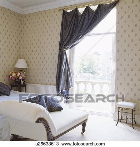 banque de photo soie bleue rideau sur grand fen tre dans traditionnel chambre coucher. Black Bedroom Furniture Sets. Home Design Ideas