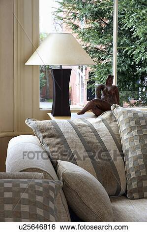 archivio di immagini - modellato, beige, cuscini, su, divano ... - Divano Davanti Finestra