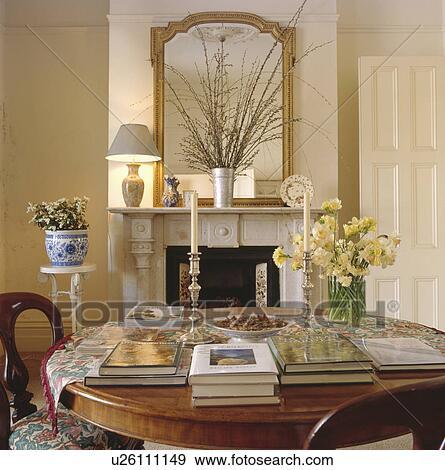 Archivio fotografico libri e fiori freschi in vaso for Sala pranzo con caminetto