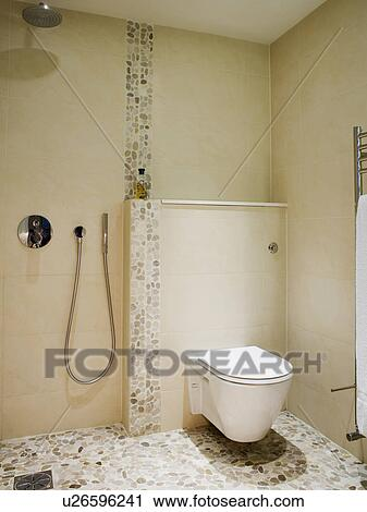 stock fotografie toilette und dusche in modernes creme wet room mit mosaik tiled. Black Bedroom Furniture Sets. Home Design Ideas