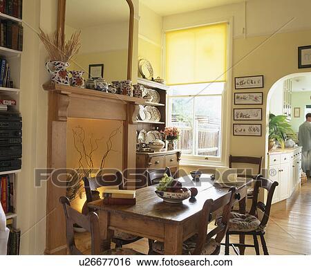 Archivio di immagini vecchio pino tavola e sedie for Sala pranzo con caminetto