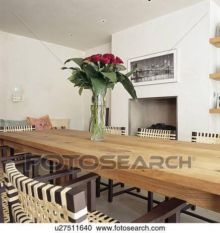 Stock fotografie rote rosen in glas vase auf langer for Langer holztisch