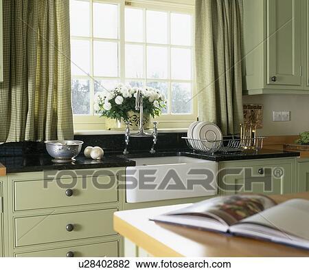 Stock foto   pastel, groene, gordijnen, op, venster, boven ...