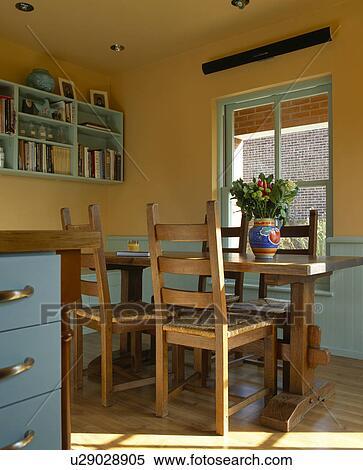 Archivio immagini tavola legno e sedie in giallo for Sedie blu cucina