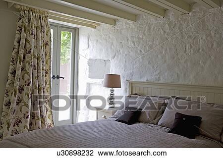 Archivio fotografico   floreale, tenda, in, cottage, camera letto ...