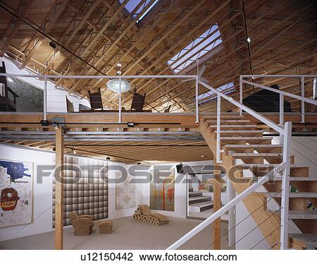 Stock foto groot hippe zaal met open tread trap om te mezzanine levend gebied in - Mezzanine trap ...