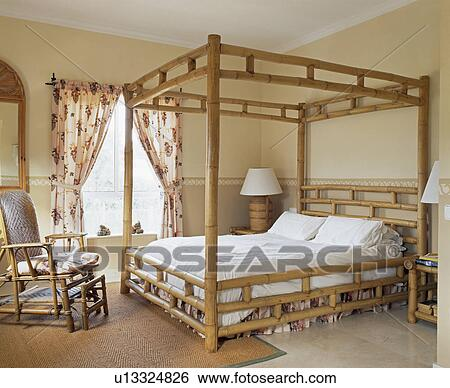 chambre lit baldaquin banque de photo petit antiquit. Black Bedroom Furniture Sets. Home Design Ideas