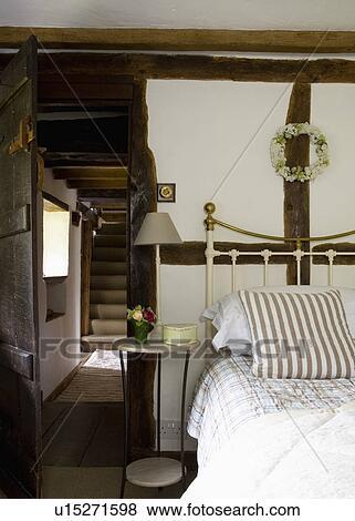 Immagini circolare comodino accanto ottone letto con strisce cuscino in irradiato - Letto circolare ...