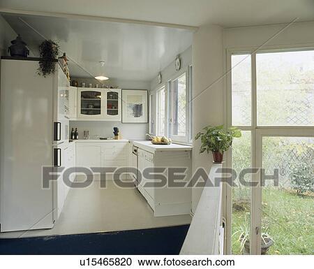 Stock fotografie   klein, witte, hippe, keuken, met, gepaste ...