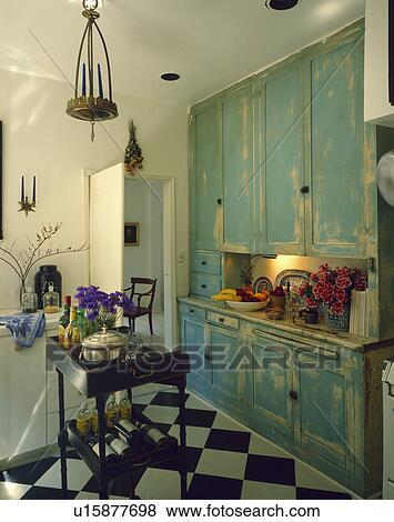 bilder bek mmert paint effect t rkis geschirrschrank in wei kueche mit chequerboard. Black Bedroom Furniture Sets. Home Design Ideas